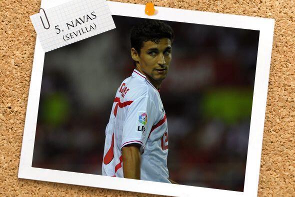 El medio campo comienza con el español Jesús Navas del Sevilla.