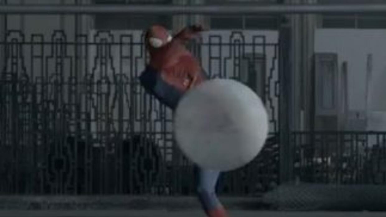 ''Spiderman'' es un experto con el balón de fútbol.