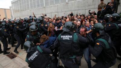 Los enfrentamientos entre la policía y los votantes fueron más violentos...