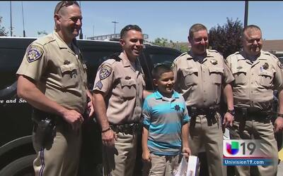 Noble gesto de policías hacia un niño con autismo