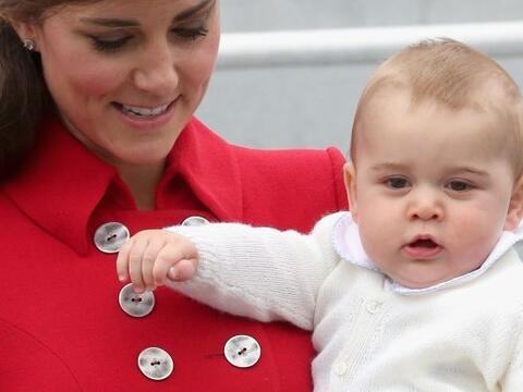 La Duquesa cargó al pequeño desde que bajaron del avi&oacu...