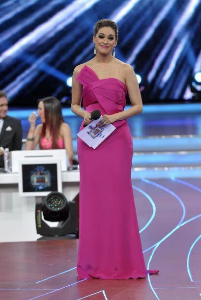 Para comenzar, portó este hermoso vestido color rosa fluorescente.