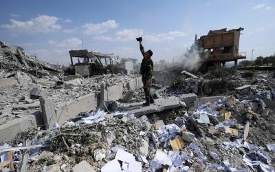 Restos de un edificio atacado por EEUU y sus aliados en Siria descrito c...