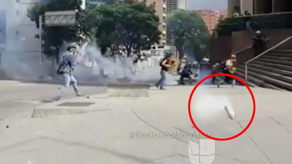 El camarógrafo de Univision Edgar Trujillo fue impactado por una...