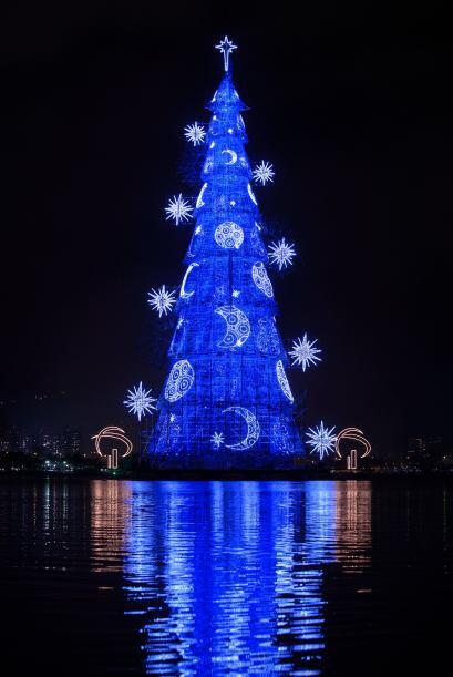 Este hermoso árbol navideño flotante es iluminado por 3.1 millones de lu...