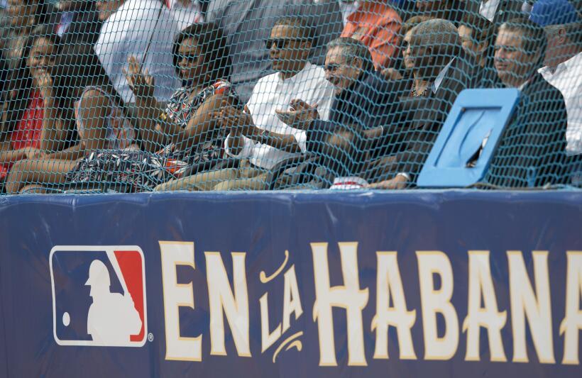 En un partido de béisbol cargado con ribetes simbólicos y...
