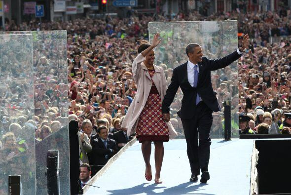 Luego, los Obama fueron a College Green, en Dublin, donde el mandatario...