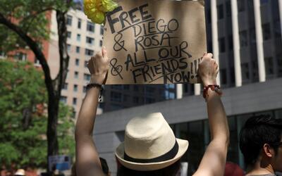 Manifestantes piden frenar la deportación de un estudiante que fue arres...