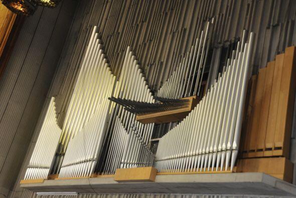 El órgano monumental se fabricó en Canadá. Tiene más de 11 mil flautas....