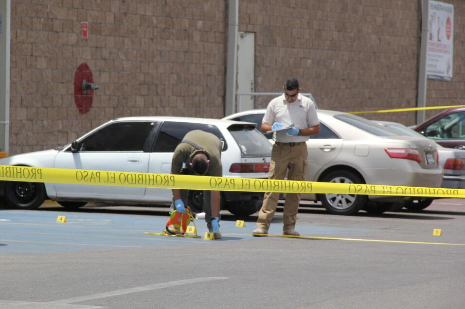 Investigadores policiales trabajan en la escena del crimen donde el peri...