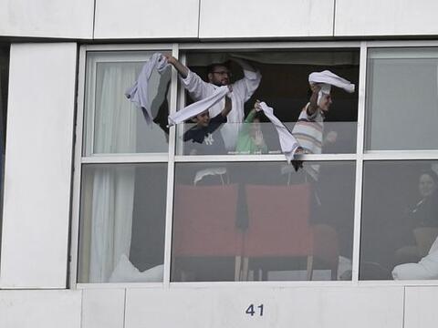 En Toronto, la afición apoya desde las ventanas de sus apartament...