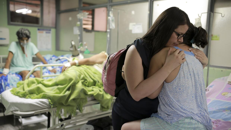 Xiojanni Badillo abraza a su tía Daysi Mendoza, que se recupera del Sínd...