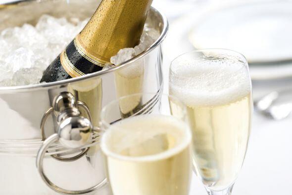 6.La champaña se lleva bien con los platillos salados (por ser tan refr...