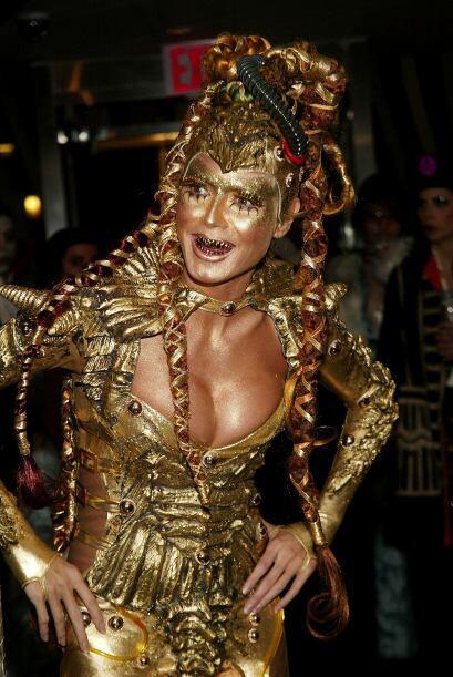 Para el 2003 lució un disfraz espectacular en oro.