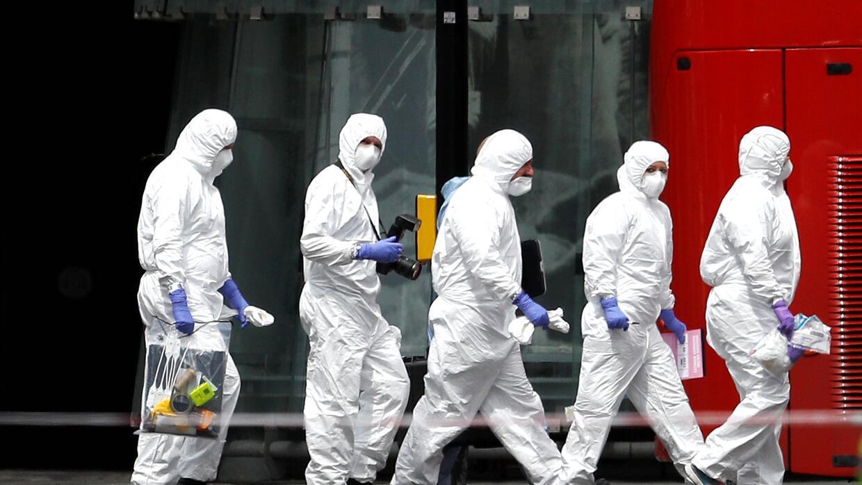 Equipo de forenses en las afueras del Borough Market, donde ha ocurrido...