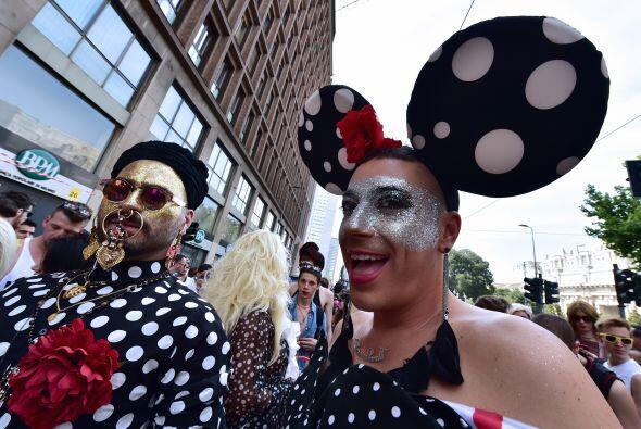 En Italia, algunos optaron por vestir grandes orejas de ratón.