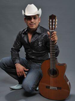 Desde pequeño, Espinoza Paz comenzó a tocar la guitarra de forma empírica.