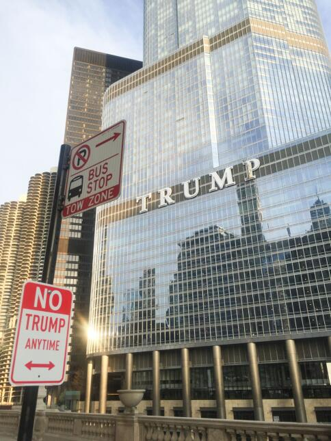 La señal ante el edificio Trump en Chicago.