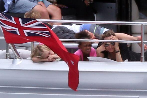 Angelina con Zahara, Shiloh y los gemelos, muy divertidos. Más videos de...