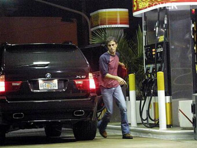 Enrique Iglesias ha sido visto un buen número de veces conduciendo su BM...