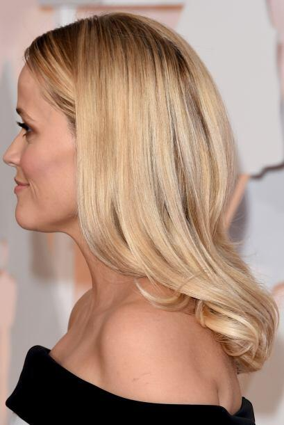 Reese Witherspoon llevó su abundante melena rubia suelta para que brilla...