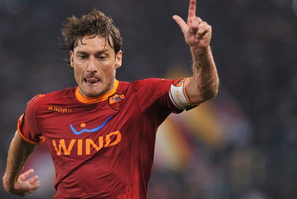El italiano Totti siempre regala jugadas talentosas. Ahora también hace...