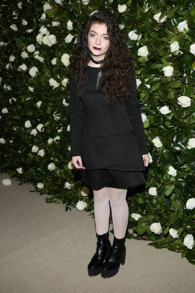 En este 'look', a Lorde no le bastó su blanca piel para contrastar con s...