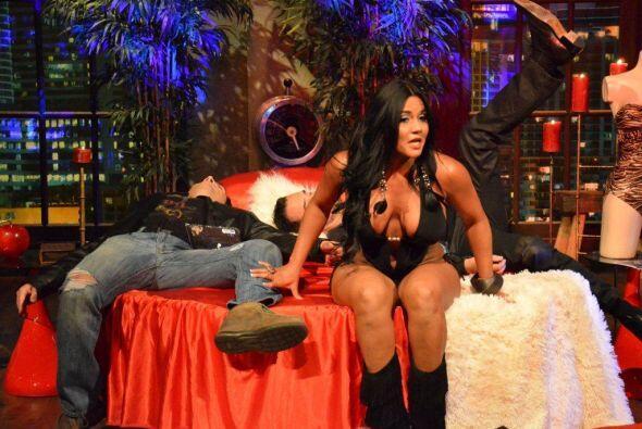 La modelo mostró cómo la ropa sexy es un arma letal a la hora de ligar.