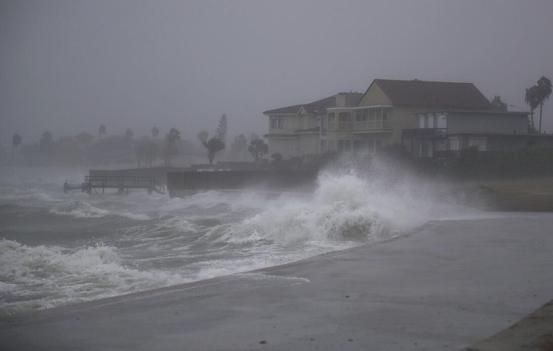 El oleaje que golpea la costa en Corpus Christi aumenta de tamaño. Harve...