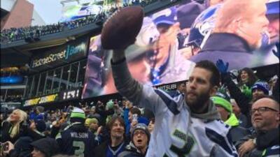 El fan de los Seattle Seahawks rechazó 20 mil dólares y un casco autogra...