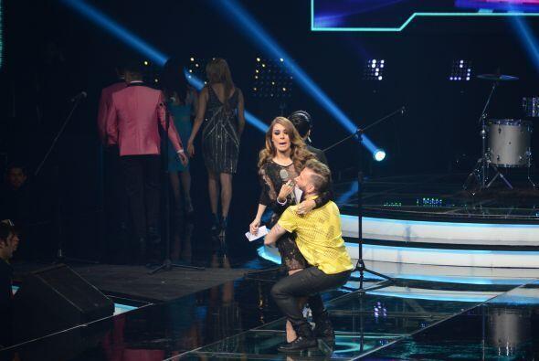 Noel Schajris corrió hacia el escenario y sin decirle nada la tomó por l...