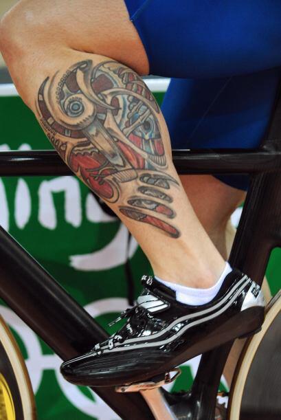 El ciclista James Staff, de Gran Bretaña, muestra su tatuaje durante una...