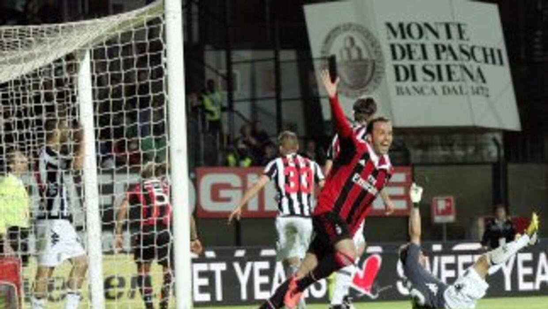 Dos goles en los últimos minutos salvaron al Milan, que venció al Siena...