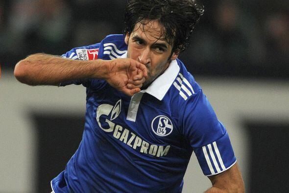 Raúl, siendo todo un veterano, sigue cosechando goles como uno de los má...