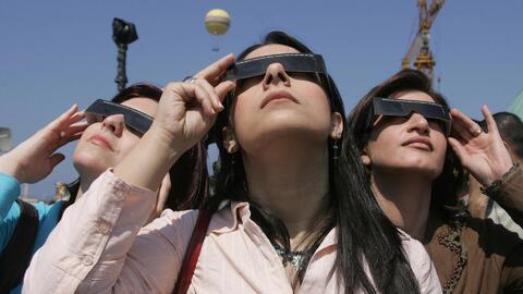 ¿Por qué es peligroso mirar fijamente el eclipse solar?