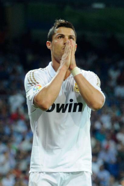Cristiano reza para que se le de un gol y el árbitro escuchó sus oracion...