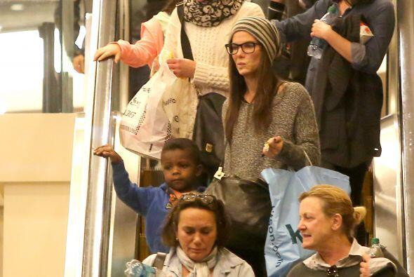 Sandra y Louis en las escaleras eléctricas. Mira aquí los...
