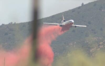 Cerca de mil bomberos combaten el desastroso incendio Goodwin