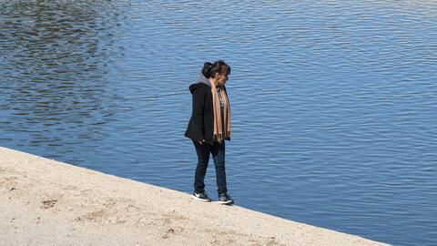 Una mujer busca a Noah Abbott a lo largo del acueducto California, en He...