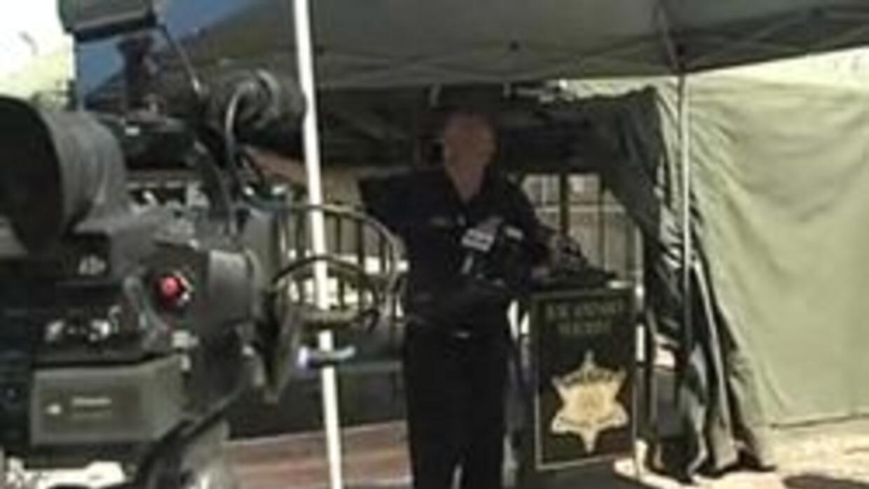 El Alguacil del Condalo Maricopa en conferencia de prensa para mostrar l...
