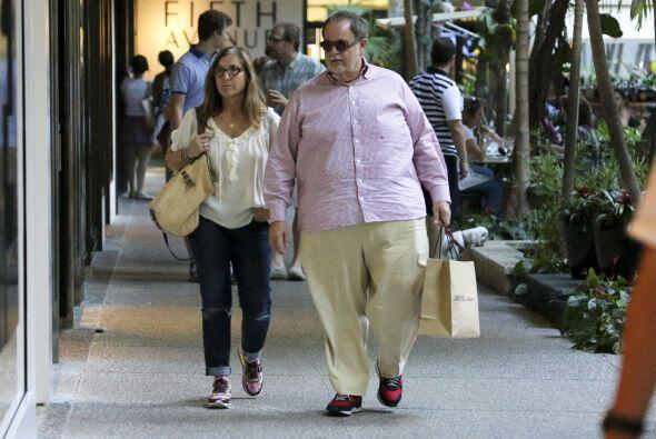 Y qué mejor que salir de compras. Aquí lo vemos acompañado de Milly.