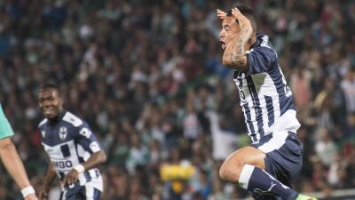 Edwin Cardona festeja su gol ante Santos.