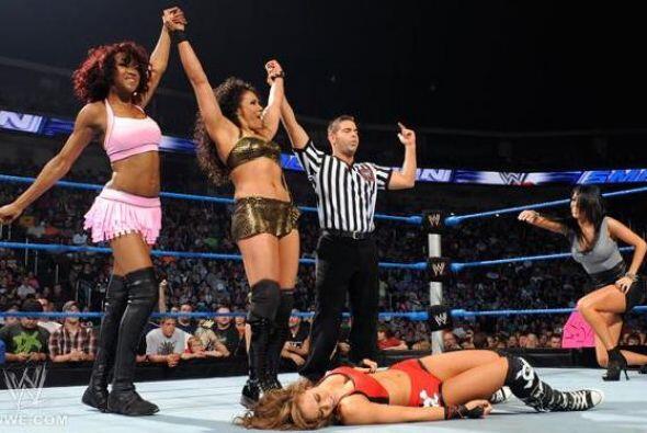 Alicia Fox y Tamina no tuvieron piedad y terminaron con las esperanzas d...