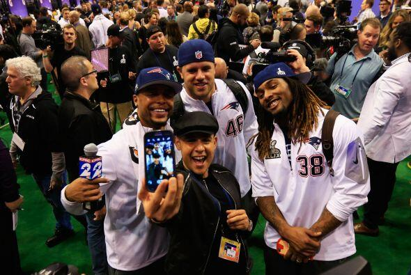 Shane Vereen #34, James Develin #46 y Brandon Bolden #38 divirtiéndose c...