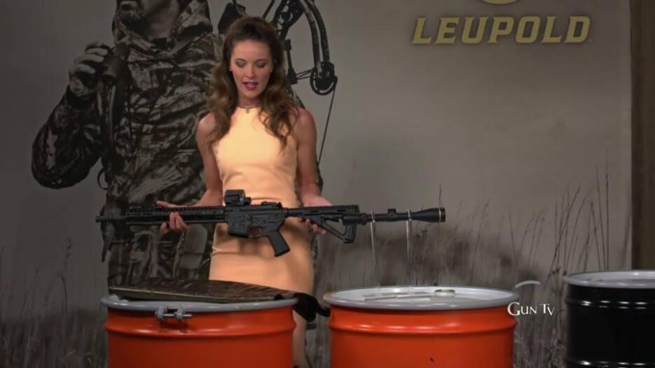 Modelo presenta un fusil de asalto que en California fue prohibido para...