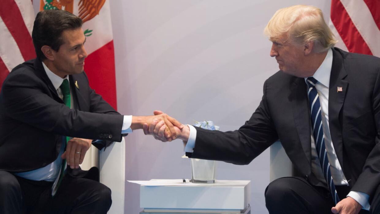 Los presidentes Enrique Peña Nieto y Donald Trump después de concluir su...