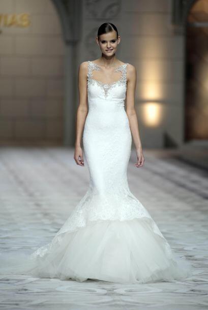El tul también se hizo presente, como en este vestido con cola de sirena...