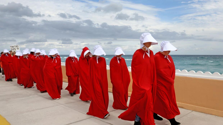 Manifestantes vestidas de criadas protestan este sábado en el Ocean Boul...