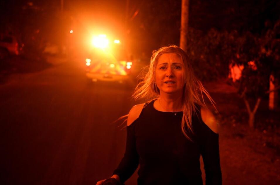 Una habitante de la Conchita, en el condado de Ventura, busca ayuda para...