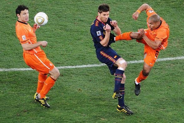 ¿Karate? no, fútbol y del bueno. El holandés De Jong quiso recuperar un...